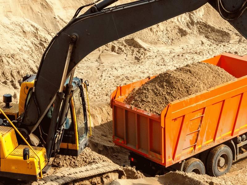 Погрузка песка в ЗИЛ на карьере
